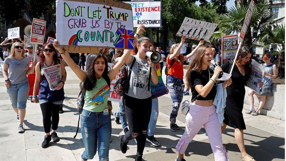 Kadınlar gösteriye gidiyor