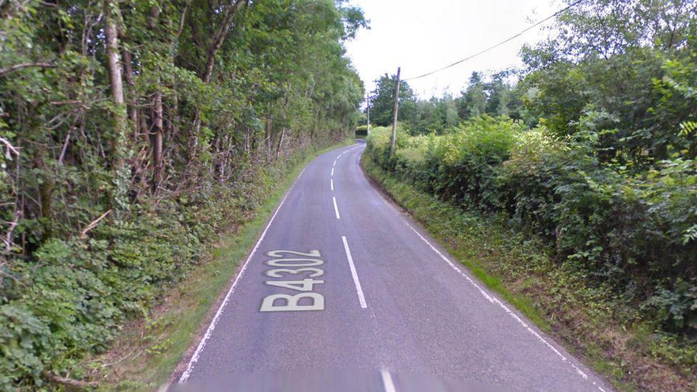 Ffordd y B4302 rhwng Talyllychau a Chrugybar yn Sir Caerfyrddin