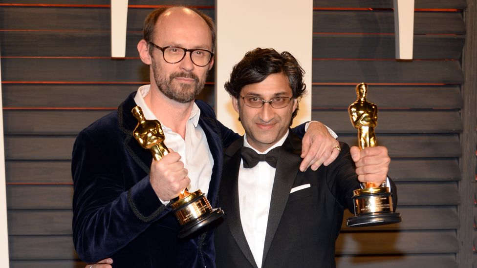 James Gay-Rees (l) and Asif Kapadia with their Oscars awarded for Amy in 2016