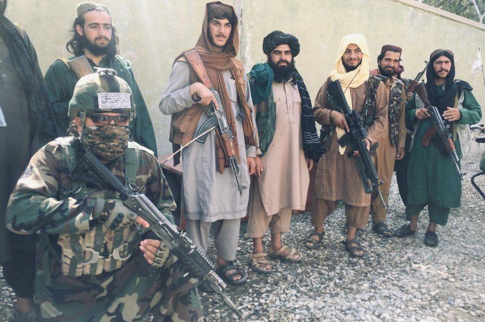 Fuerzas especiales talibanes (combatiente arrodillado abajo a la izquierda) en el distrito de Balkh