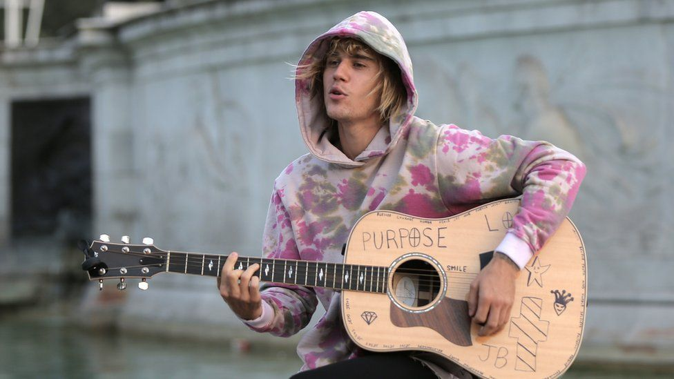 Justin stops at the Buckingham Palace fountain to sing songs for Hailey on a trip to London in September.