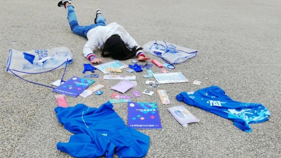 A Chinese user competing in the #fallingstars challenge