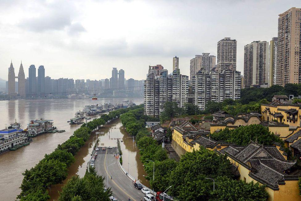 洪水漫入重慶市區,淹沒一些著名景點。