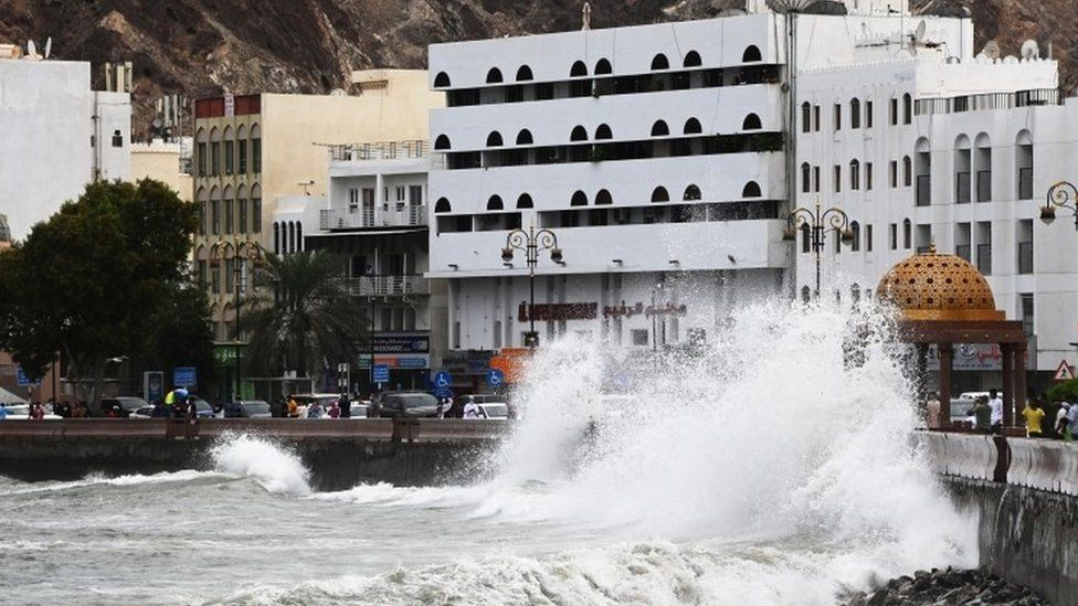 Ondas fortes atingem a costa quando o ciclone Shaheen atinge a costa de Muscat