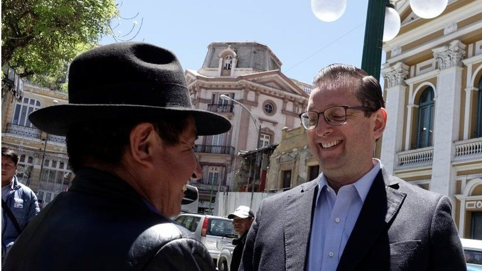 Óscar Ortiz speaks to a colleague in front of the National Congress in La Paz