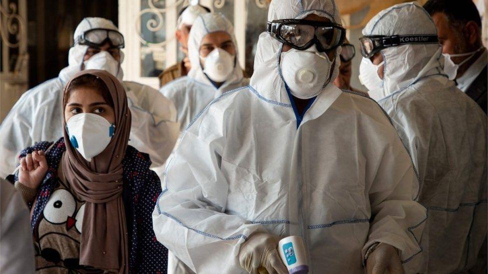 Iraqi medics check people returning from Iran