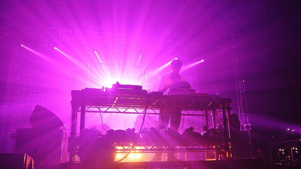 Fflach o liw a golau yn yr ŵyl // The Festival's full of light and music