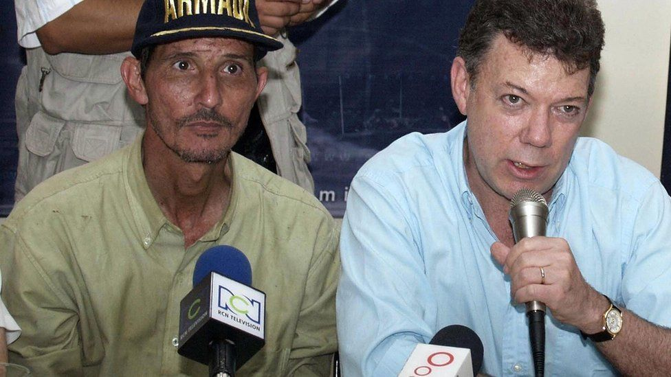Former Colombian Minister of Development Fernando Araujo (L) and Defence Minister Juan Manuel Santos answer questions during a press conference 05 January, 2007, in Cartagena, department of Bolivar, Colombia