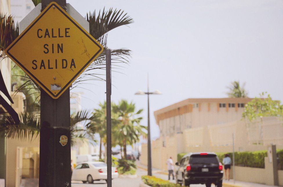 "Street sign that reads ""Calle sin salida"""