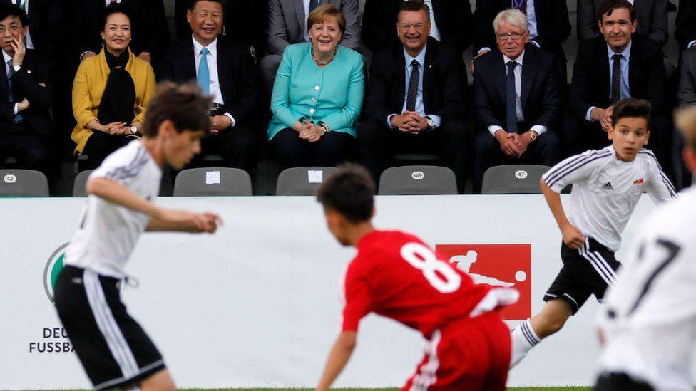Xi Jinping menikmati pertandingan sepak bola pemuda antara China dan Jerman selama kunjungan ke Berlin pada tahun 2017