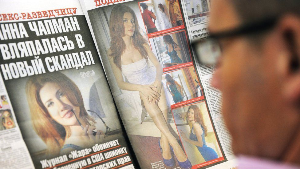 A man reads Russian 'Tvoi den' ('Your day') newspaper with new Anna Chapman pictures in Moscow on August 27, 2010