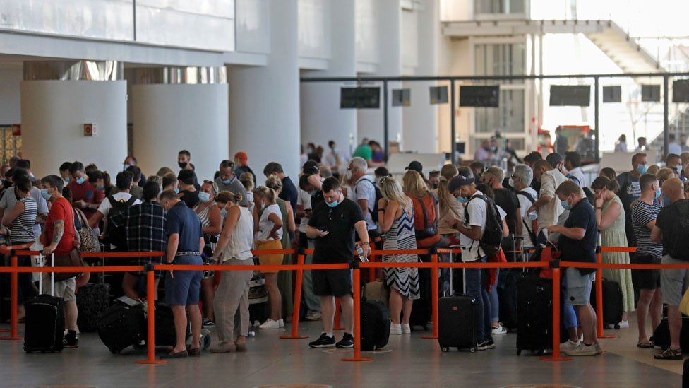 Utasok a farói repülőtéren 2021. június 6-án, vasárnap