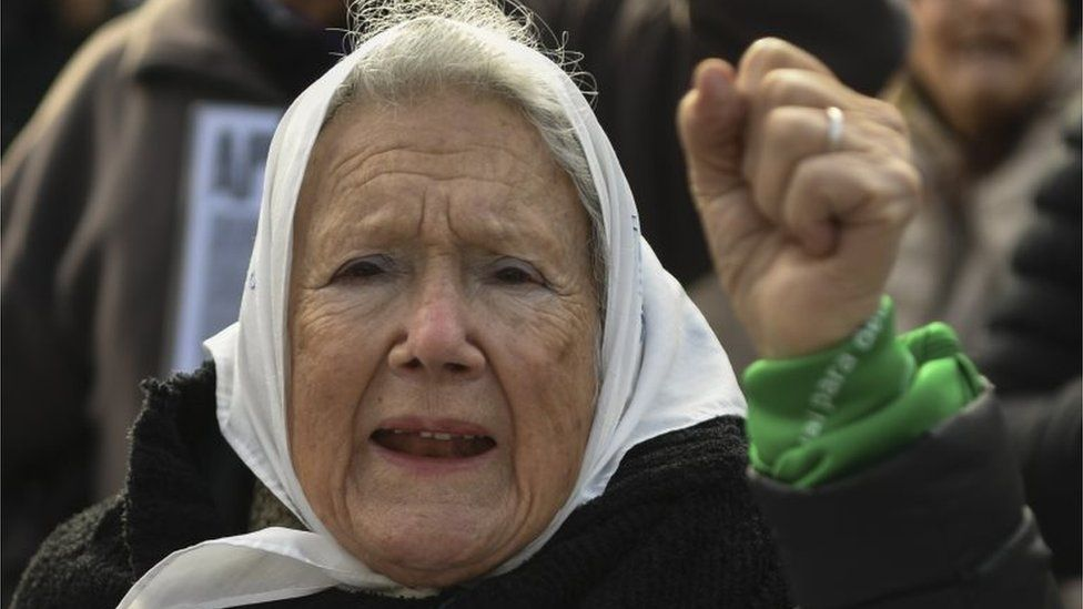 """Argentine co-founder of the """"Madres de Plaza de Mayo"""" human rights association Nora Cortinas, wears a white -symbol of the organization- and a green -symbol of activists in favour of the legalization of abortion- headscarf, during their weekly march at Plaza de Mayo square in Buenos Aires on July 05, 2018."""