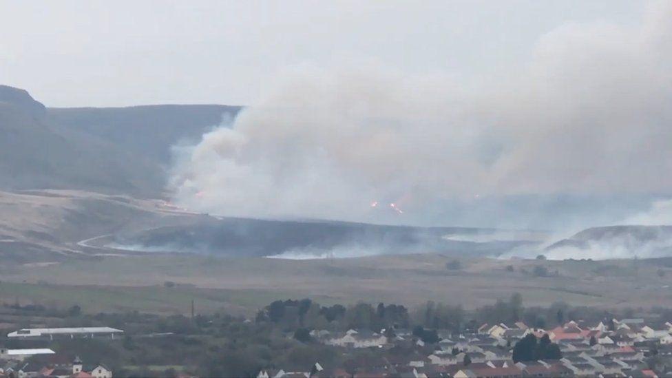Heavy smoke on the side of Rhigos mountain