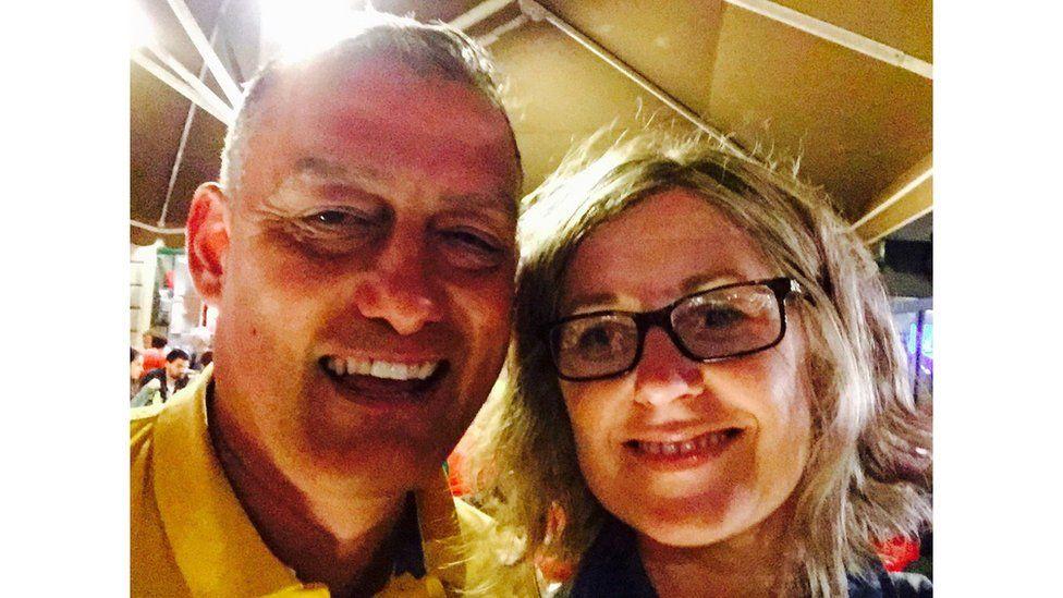 Mae Lowri Pugh Jones wedi mentro i'r 'coridor ansicrwydd' i gael llun gyda chyn-ymsoodwr Cymru Malcolm Allen