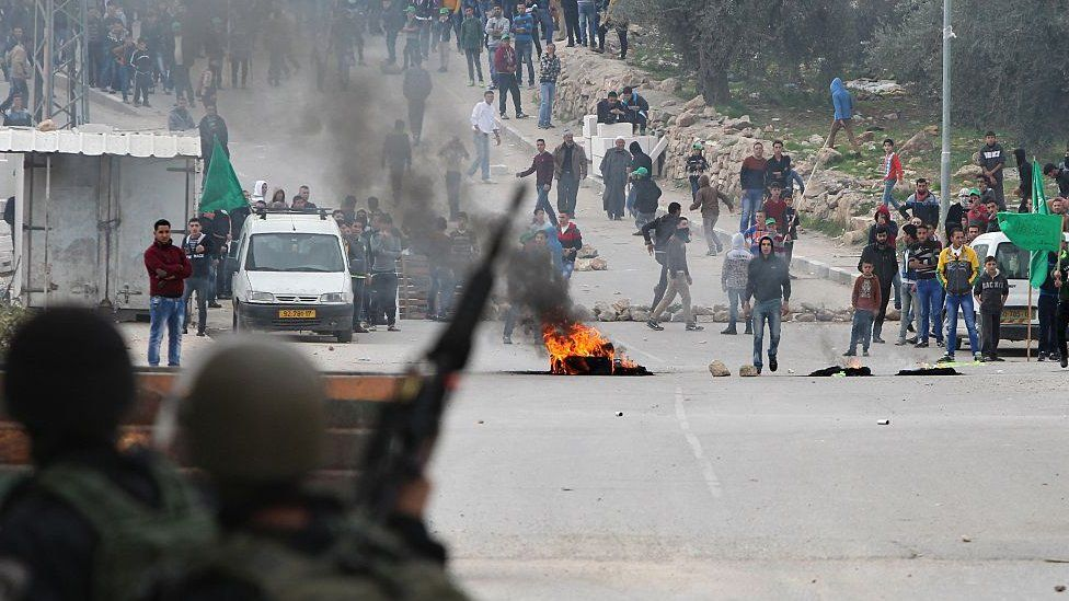 El Halil'de İsrail askerleri ve Filistinli siviller