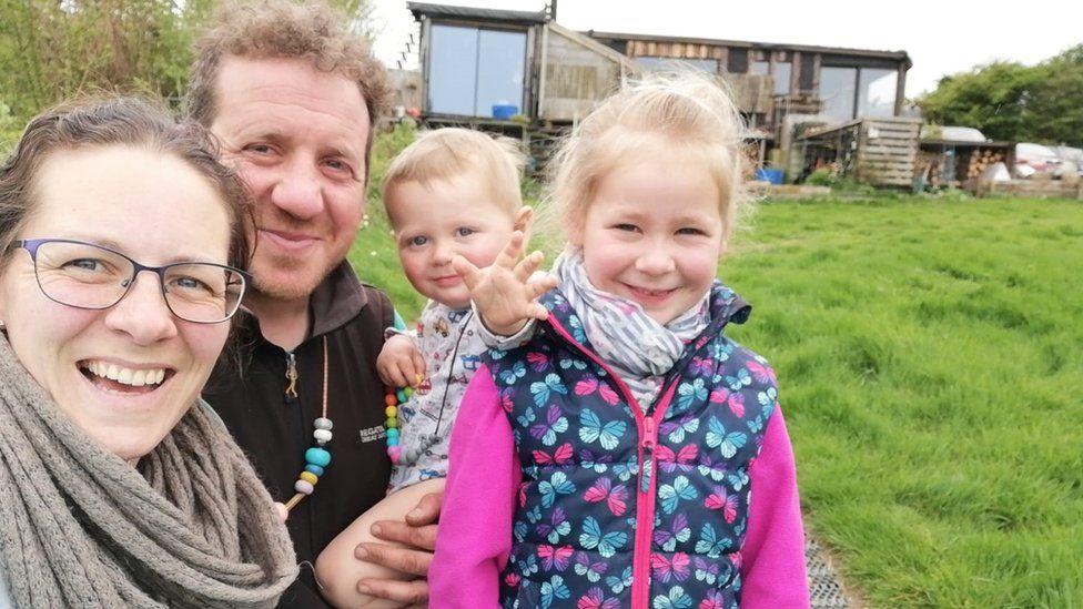 La familia británica que decidió dejarlo todo para ser autosuficiente en un lugar remoto