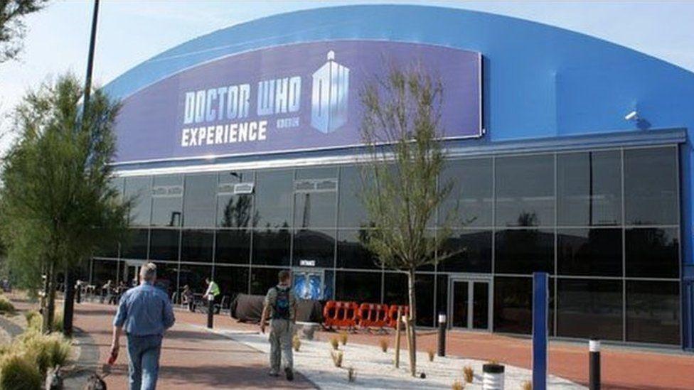 Mae'r 'Dr Who Experience' wedi denu mileodd o ymwelwyr i Gaerdydd