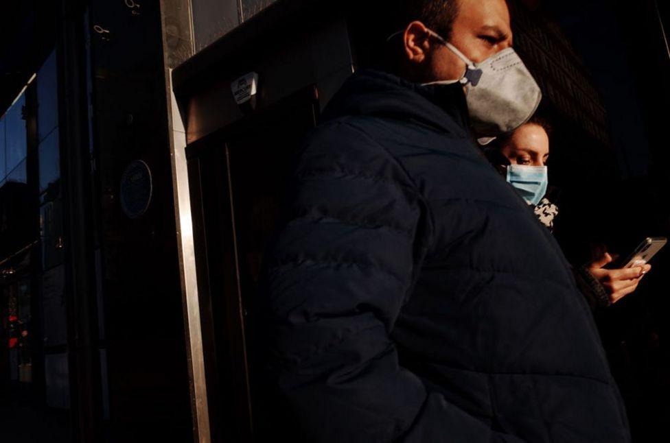 Başbakan Boris Johnson, koronavirüsün yayılmasına karşı izlenecek politikaları açıklarken aynı haneden insanlar dışında ikiden fazla kişinin kamusal alanlarda bir araya gelmesini yasakladı.