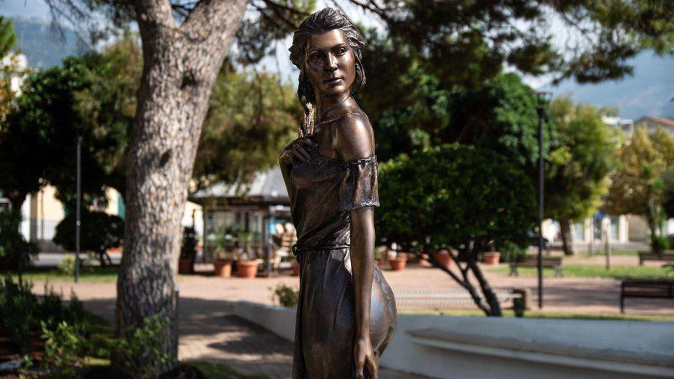 The statue of Emanuele Stifano dedicated to the Spigolatrice (Gleaner) in Sapri