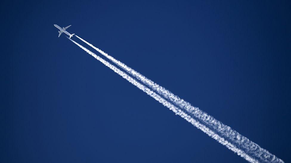 Aeroplane emitting a contrail
