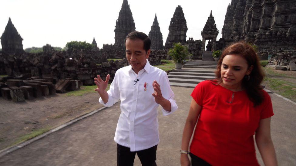 Presiden Jokowi saat mengunjungi Candi Prambanan bersama wartawan BBC Karishma Vaswani