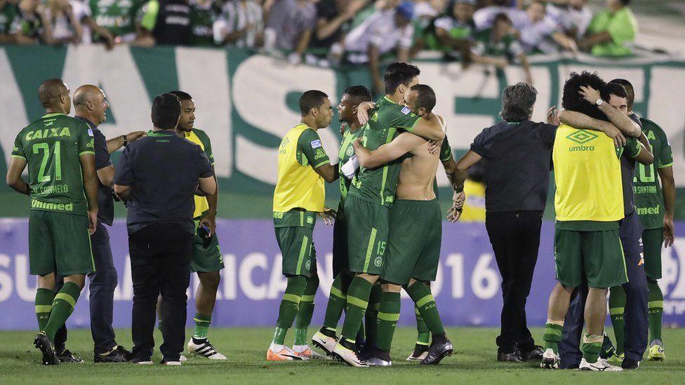 Brazil's Chapecoense celebrate after a Copa Sudamericana semifinal soccer match against Argentina's San Lorenzo in Chapeco, Brazil, 23 November 2016