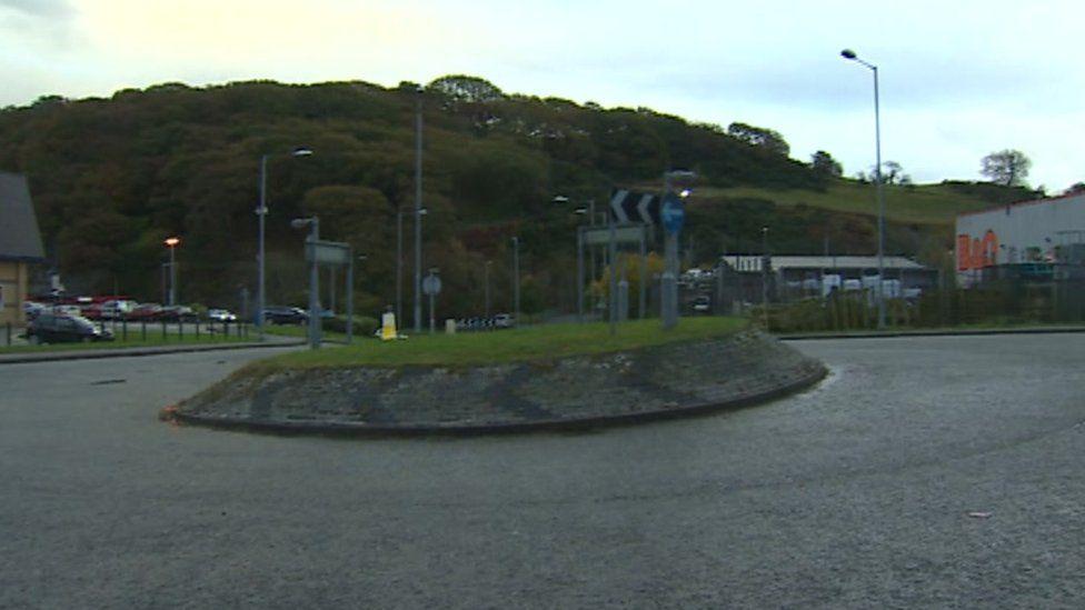 Mae'r safle dan sylw rhwng Ffordd Caernarfon a Phenrhosgarnedd