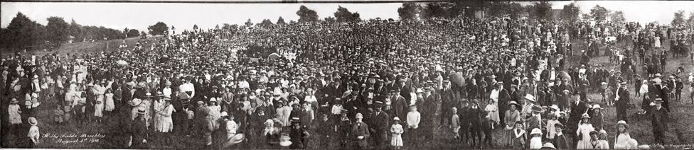 Very wide shot of 1918 crowd
