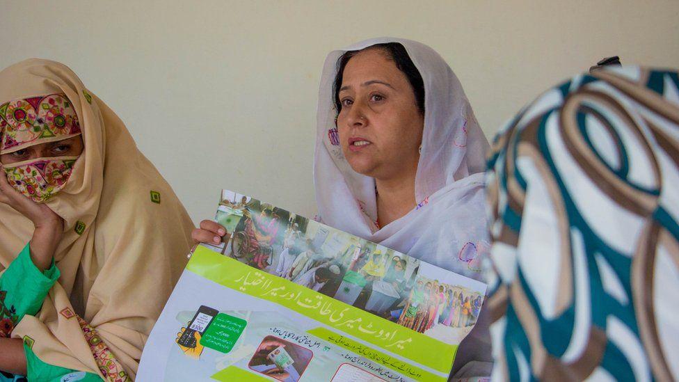 Naheeda Abbasi talking to women