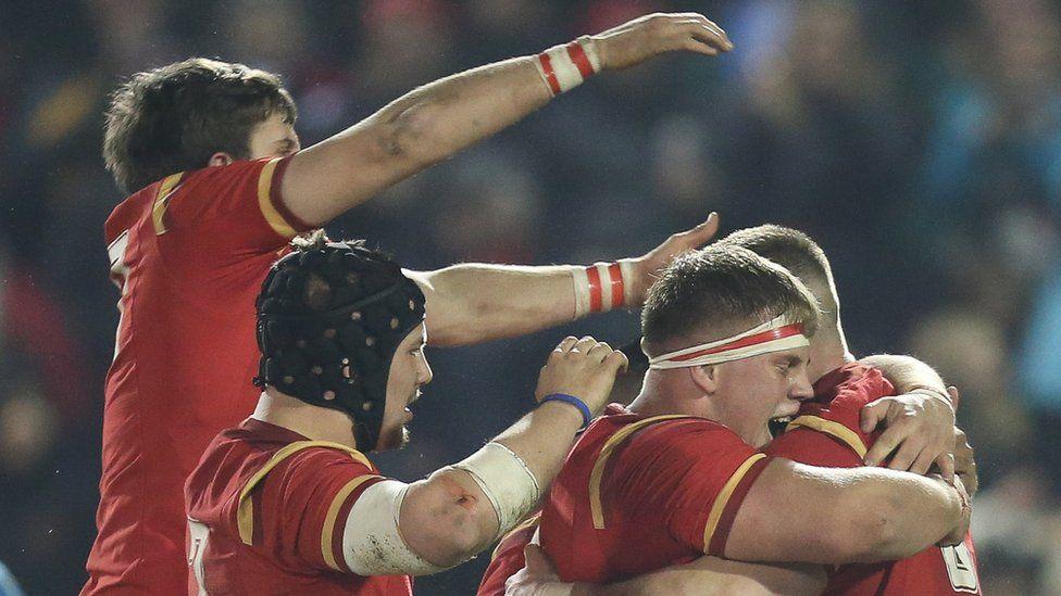 Wales U20 celebrate Harrison Keddie's try