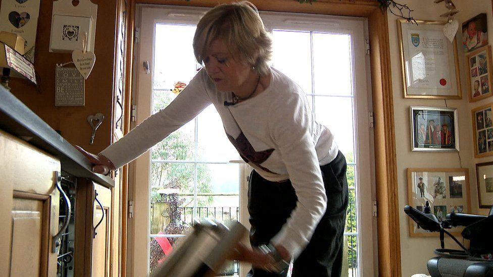 Cor using the dishwasher