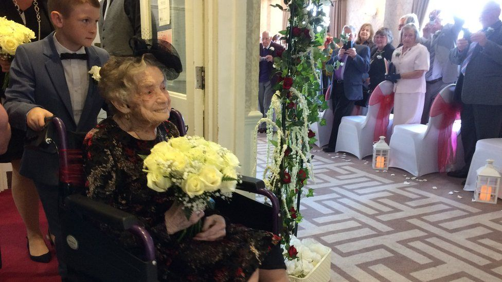 Norah Yates arriving at the ceremony