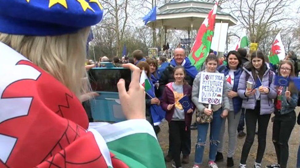 Baneri Cymru yn rali refferendwm Brexit