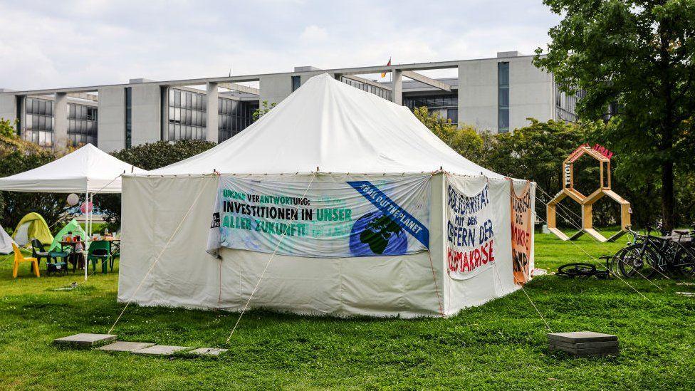 'N Uitsig oor 'n klimaataktiviste -kamp naby die Reichstag -gebou op 12 September 2021 in Berlyn, Duitsland.