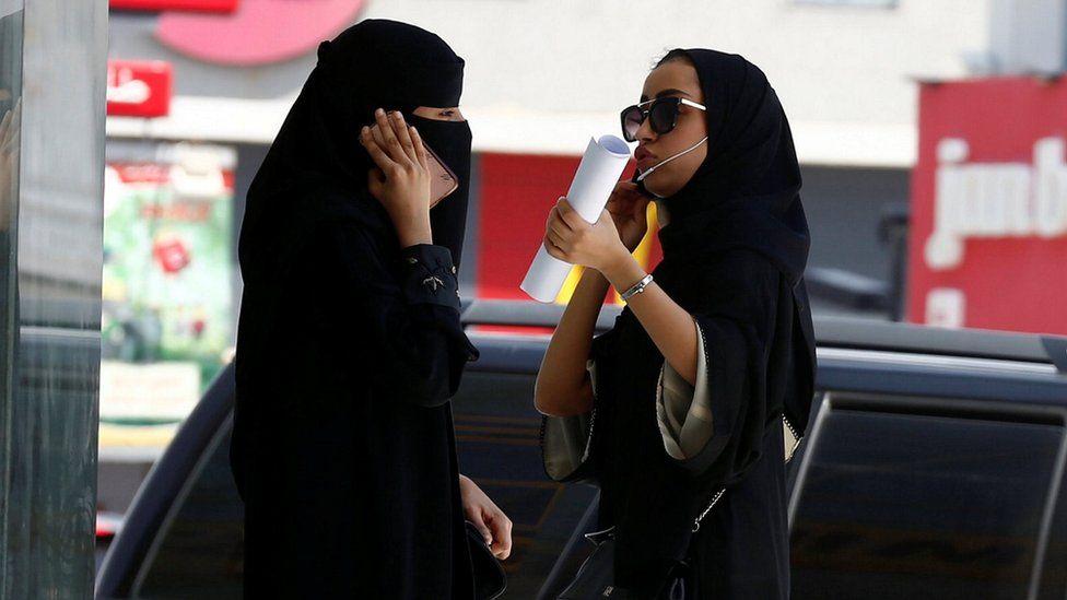 Saudi women speak on phones in Riyadh, Saudi Arabia (27 September 2017)