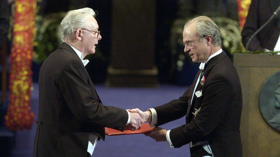 Professor Sir Peter Mansfield receiving the Nobel Prize