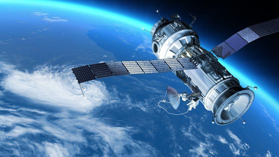 ¿Cuántos satélites hay orbitando la Tierra y cómo es posible que no choquen?