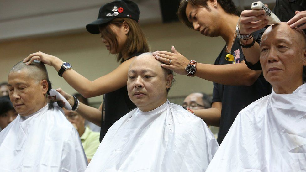 三人剃发以表决心。