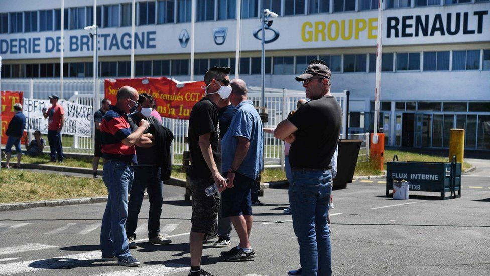 Workers protesting outside the Fonderie de Bretagne factory near Lorient