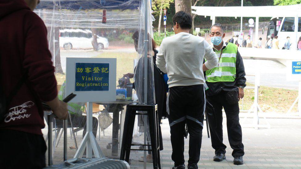 香港中文大学港铁大学站入口之校方检查站(6/1/2020)