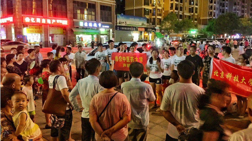 不少高校学生加入现场声援团,支持维护工人权益