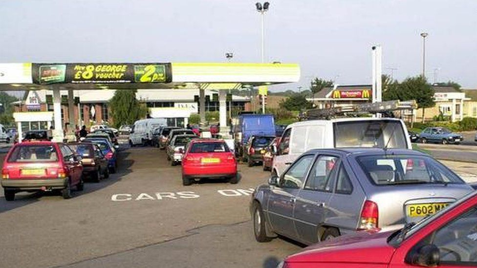 Cars queuing for petrol during the fuel shortages of 2000