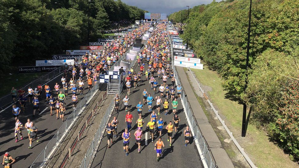 Thousands of runners make their way along the opening few hundred metres
