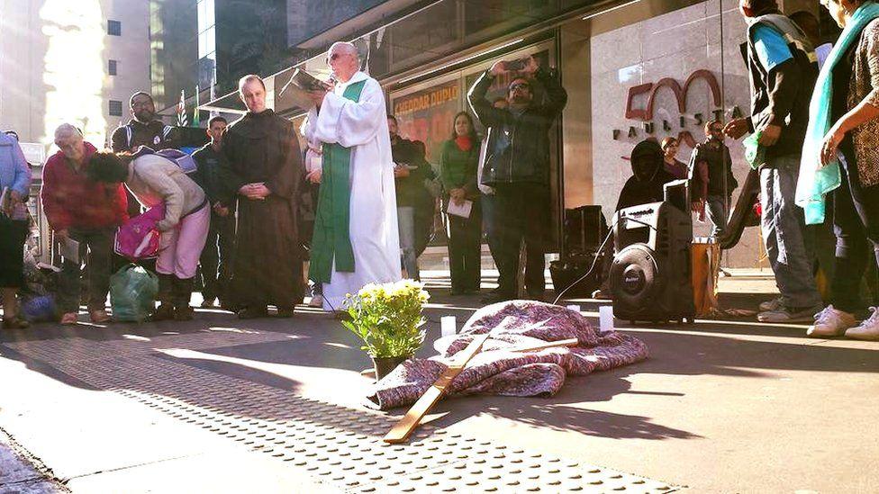 Longe da família, morto pelo frio em SP foi velado por moradores de rua
