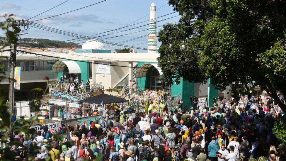Di Kota Wellington, Selandia Baru, warga kota itu menunjukkan sikap ikut bergabung di depan masjid di kawasan Kilbirnie. Sebagian warga itu mengenakan kerudung sebagai bentuk rasa berkabung.