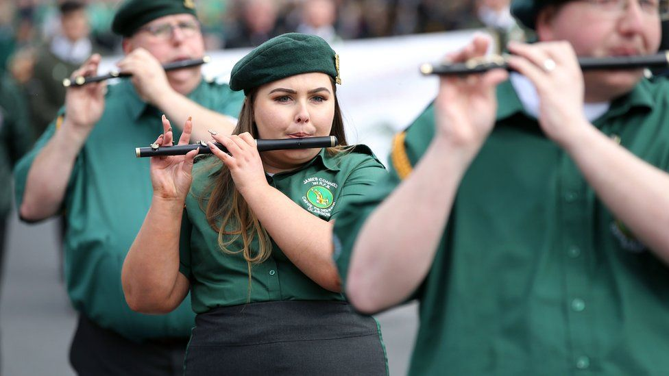 men and women play the flute