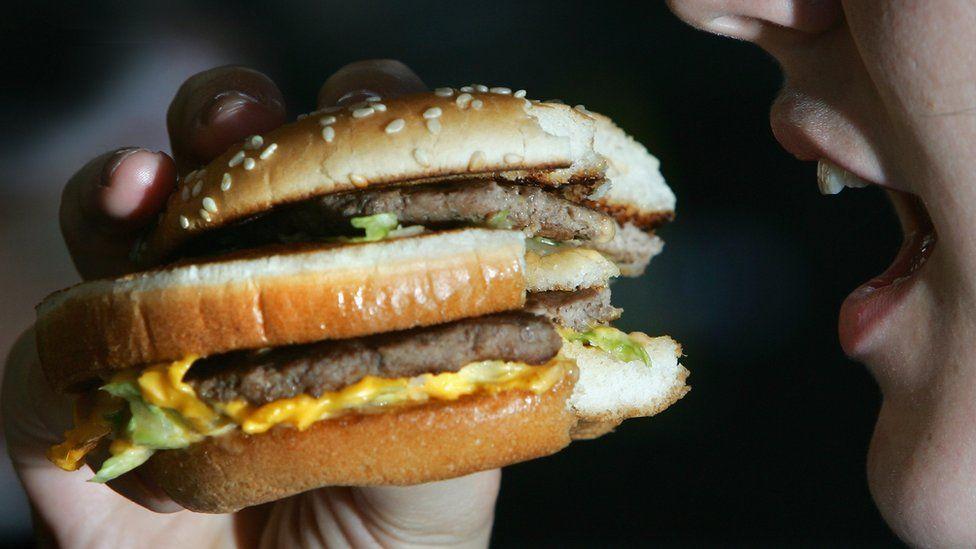 Aumento no consumo de ultraprocessados pode elevar incidência de câncer, diz pesquisa