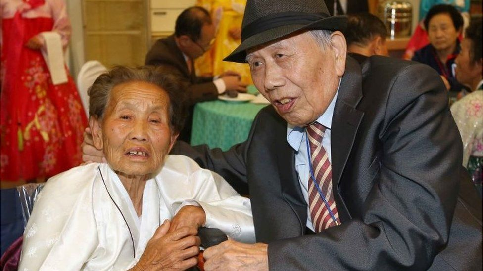 South Korean Jeon Gyu-Myeong (R), 86, talks with his North Korean wife Han Eum-Jeon (L), 87, during a family reunion event (24 October 2015)