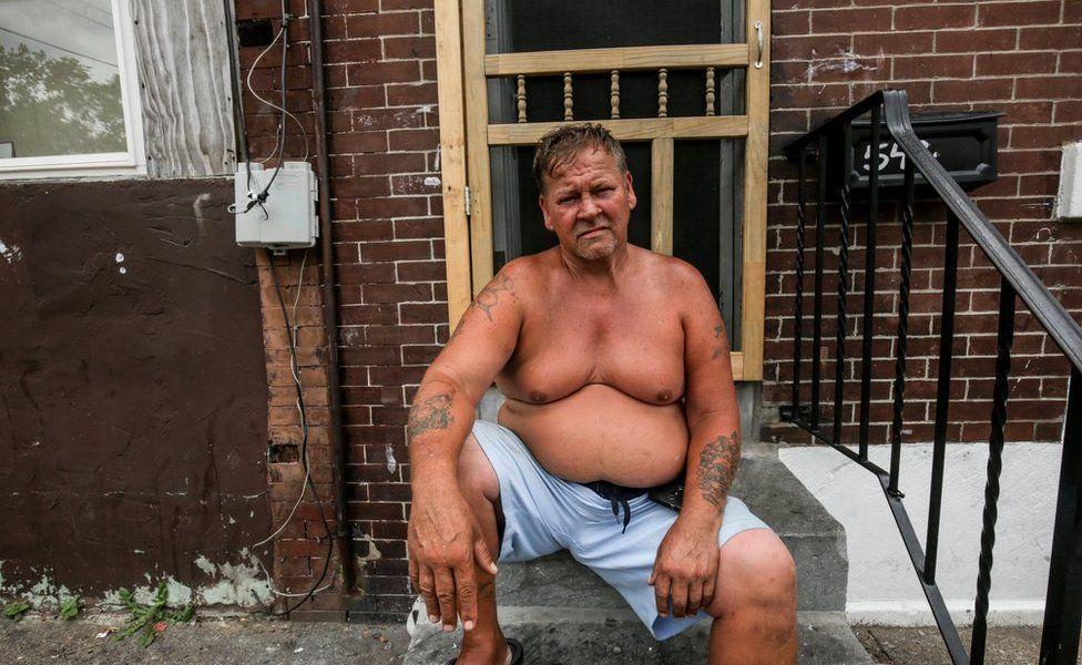 Joe Grone en la puerta de su casa.